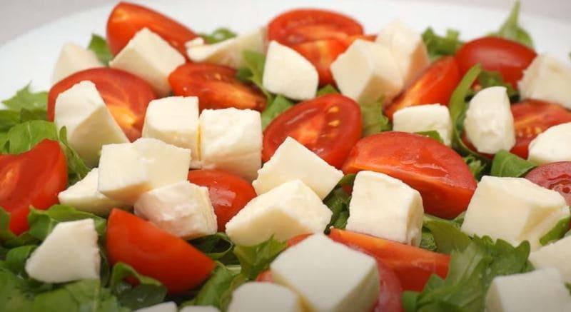 на салат руккола выкладываем нарезанный сыр