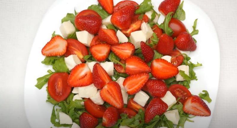 на салат выкладываем нарезанную клубнику