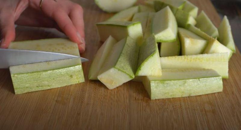 нарезаем кабачки небольшими брусочками