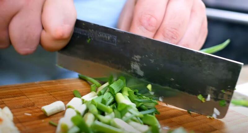 нарезаем крупно зеленый лук
