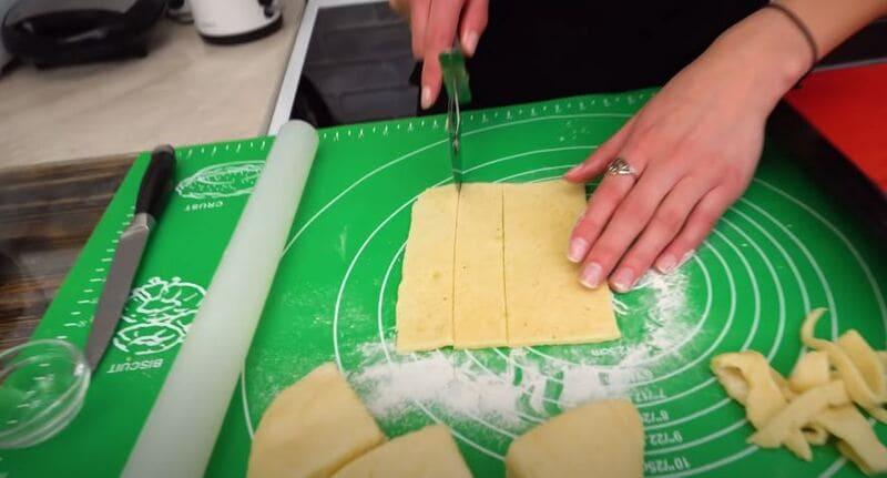 нарезаем тесто на полосочки