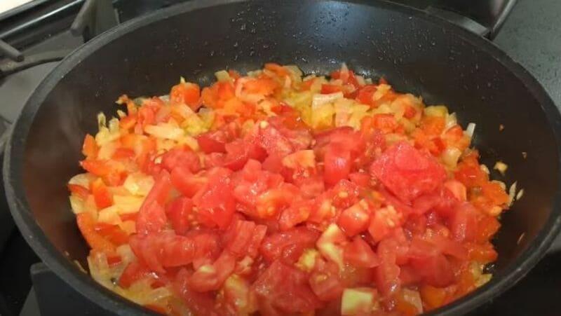 нарезанные помидоры отправляем в сковороду