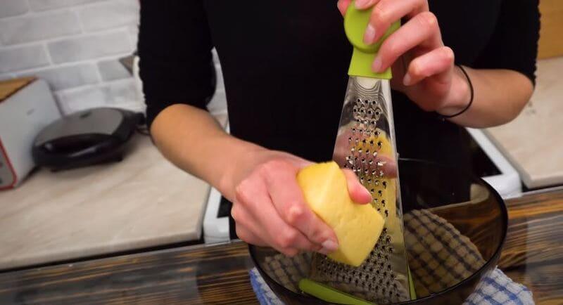 необходимо натереть сыр на мелкой терке