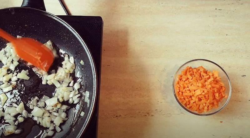 обжариваем лук на сковородке до золотистого цвета