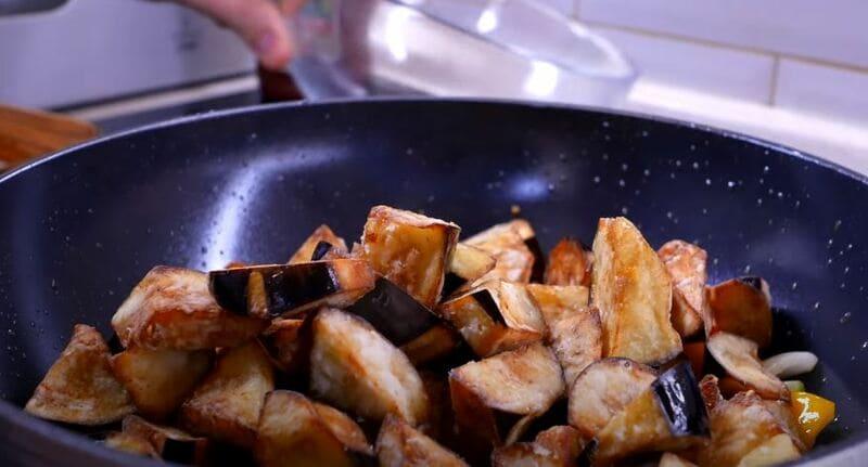 отправляем баклажаны в сковороду к овощам