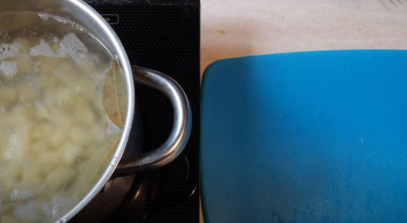 отправляем порезанный картофель вариться в кипящую водичку