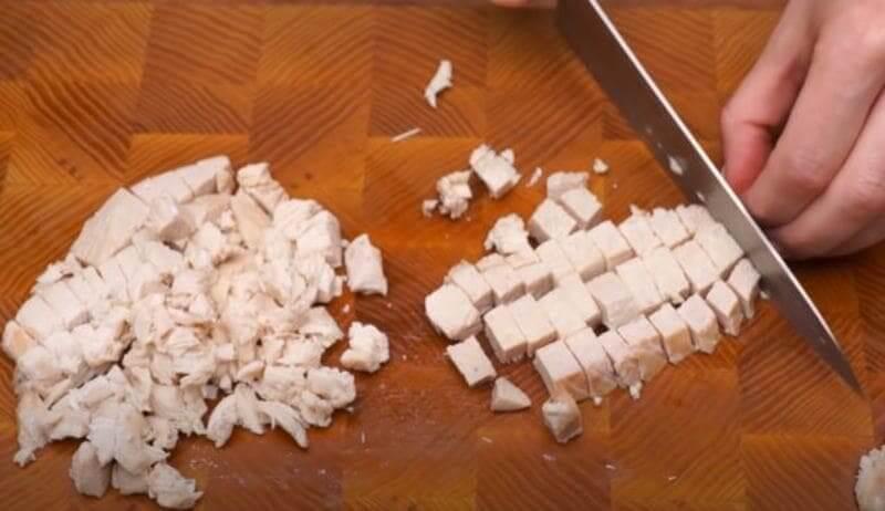 отварное куриное филе нарезаем небольшими кубиками