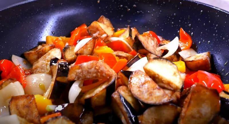 овощи перемешивая готовим буквально одну минутку