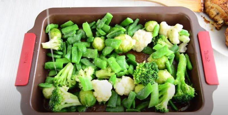 овощи присаливаем и добавляем растительное масло