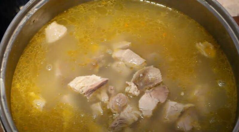 перекладываем мясо в бульон и перемешиваем