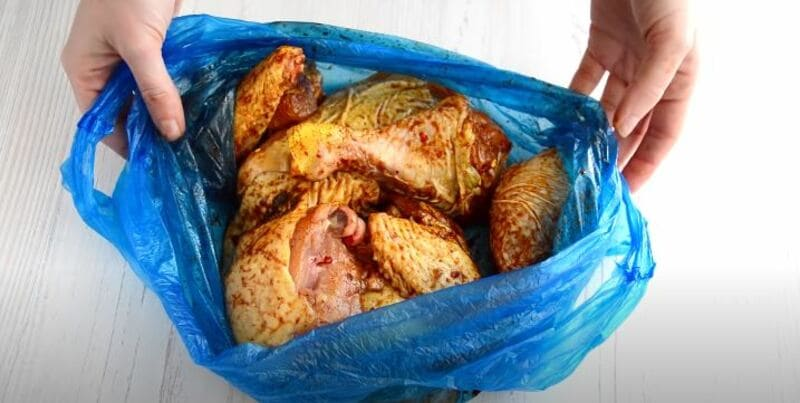 перемешиваем курицу в маринаде
