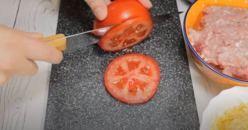 помидорчик нарезаем колечками