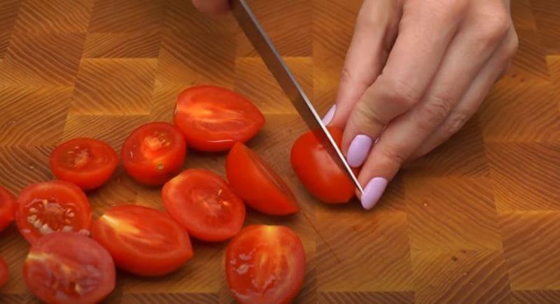 помидорки черри нарезаем на половинки