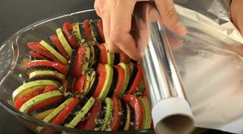 прикрываем блюдо сверху слоем фольги