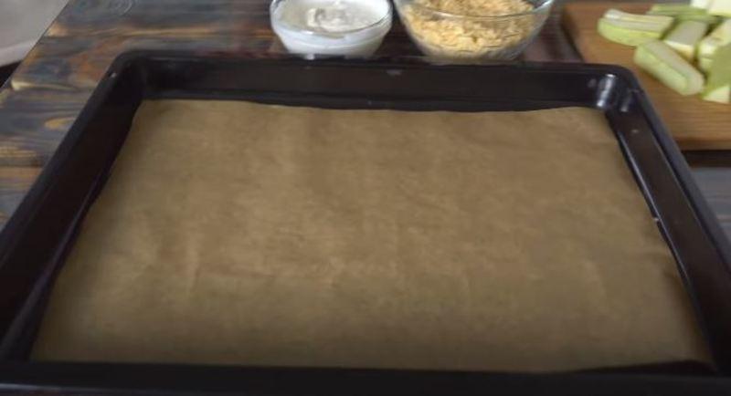 противень застилаем пергаментной бумагой
