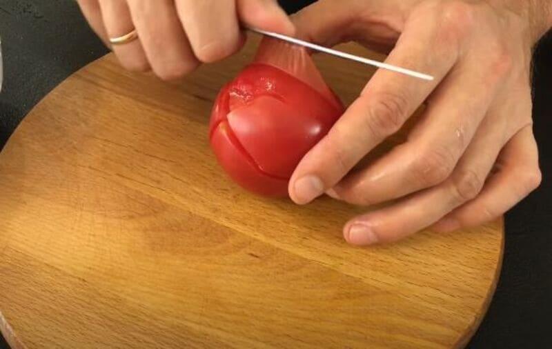 с помидорок снимаем кожицу