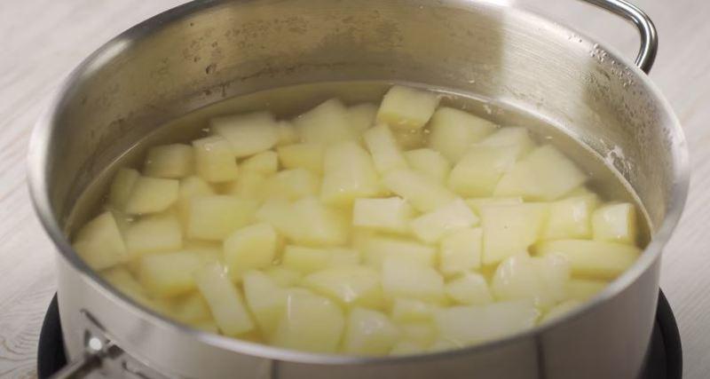 сливаем с картофеля воду