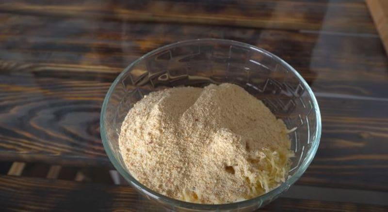 смешиваем тертый сыр с панировочными сухарями