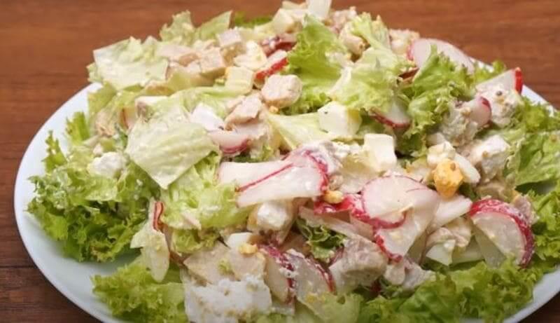 сверху выкладываем готовый салат