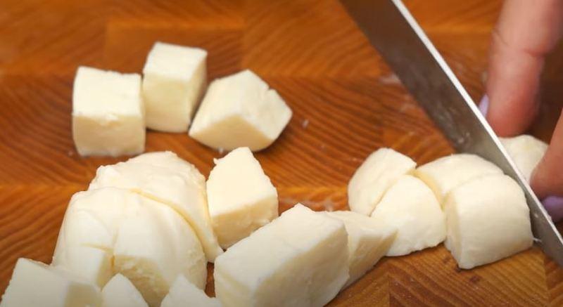 сыр моцарелла нарезаем на кубики