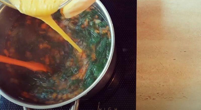 тонкой струйкой вливаем яйцо в суп