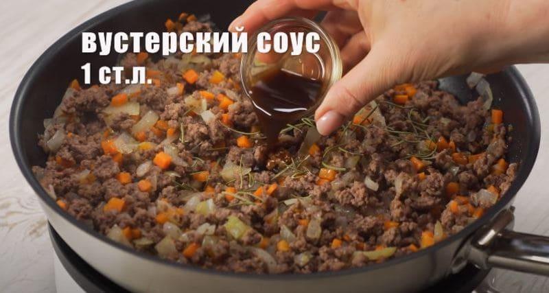 в фарш добавляем соевый соус