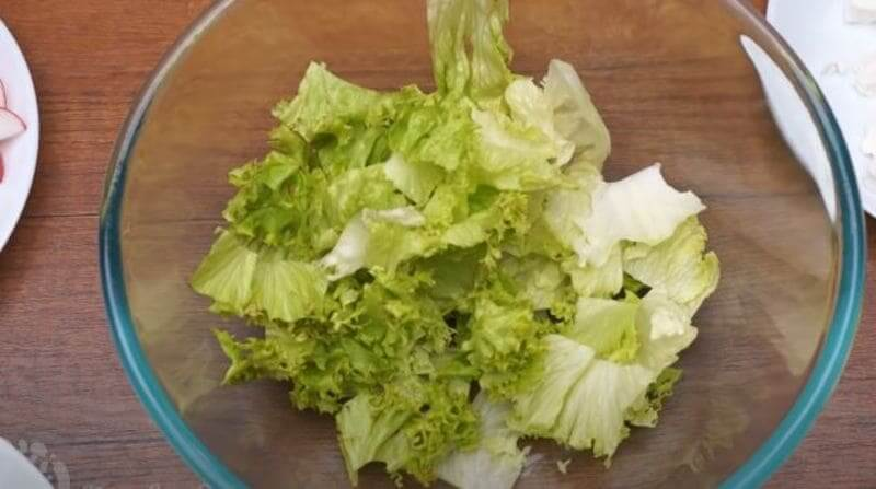 в миску кладем нарезанные листья салата
