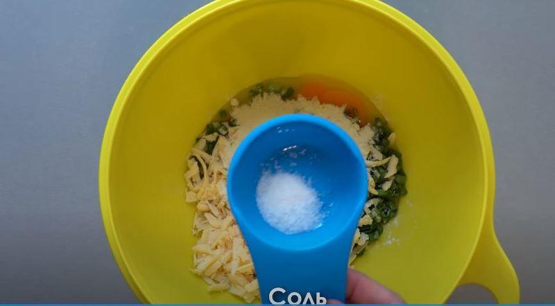 в миску кладем соль