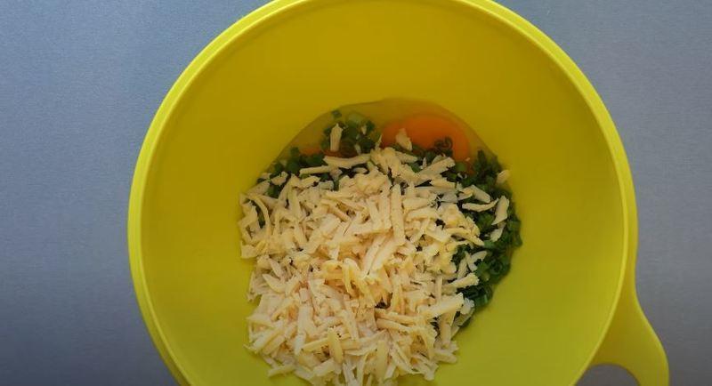 в миску кладем тертый сыр