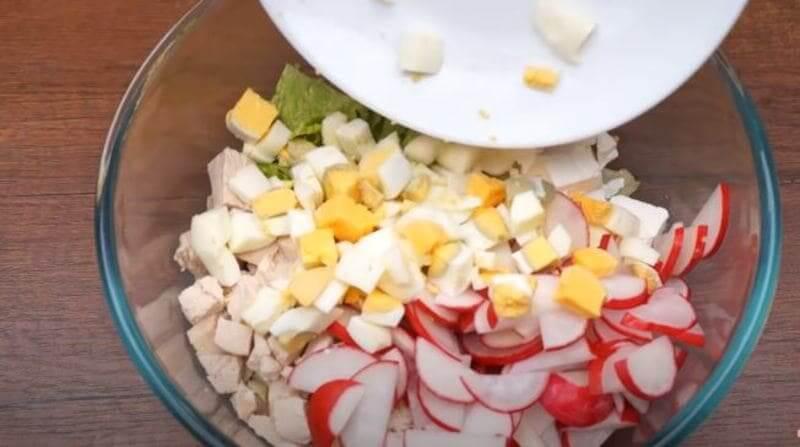 в салат кладем нарезанные продукты