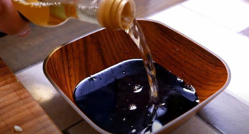 в соевый соус добавляем рисовый уксус