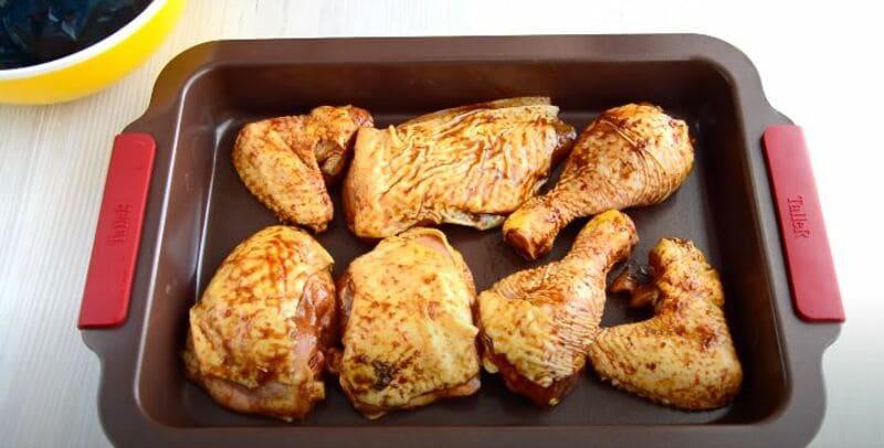 выкладываю курицу на противень выпекаться