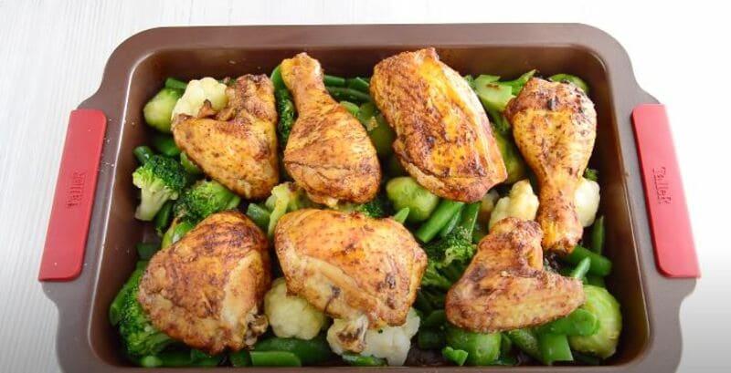 выкладываю сверху на овощи кусочки курицы