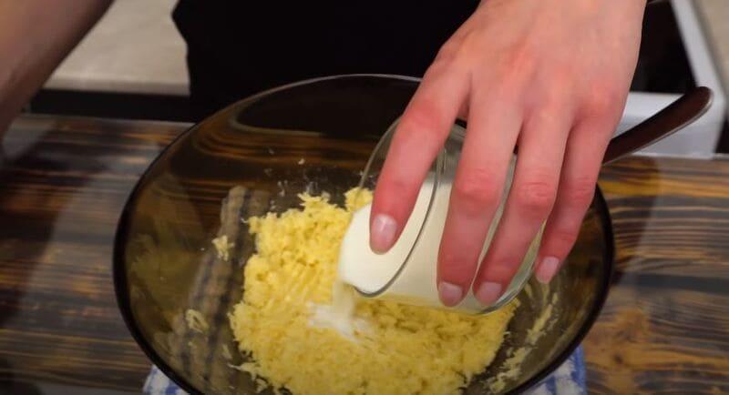 выливаем молоко в сырную массу