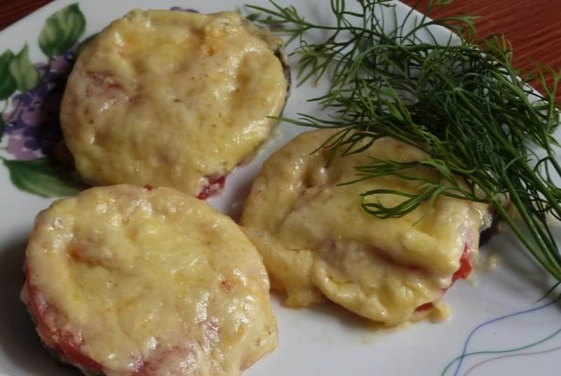 баклажаны в духовке под помидорами и сыром