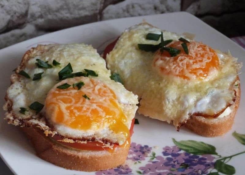 Бутерброд с глазуньей сыром и овощами – рецепт горячего бутерброда