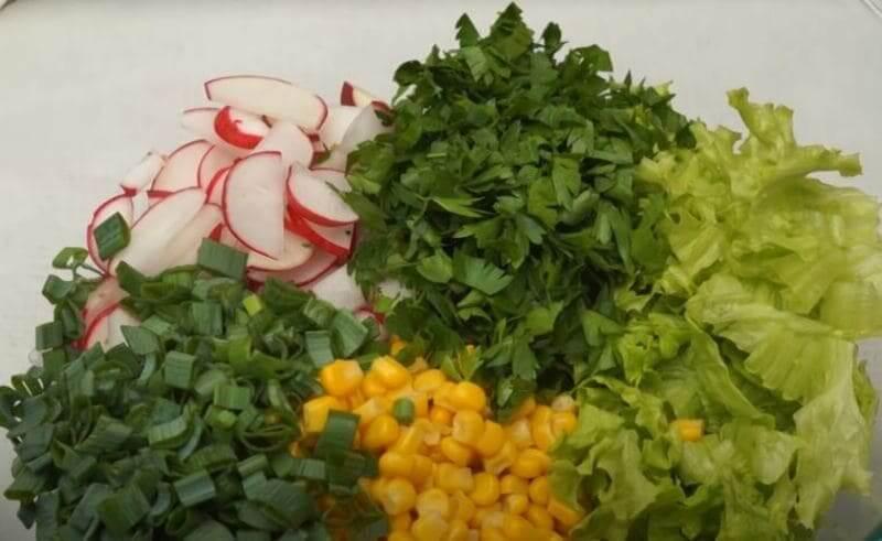 добавляем рубленую зелень к салату