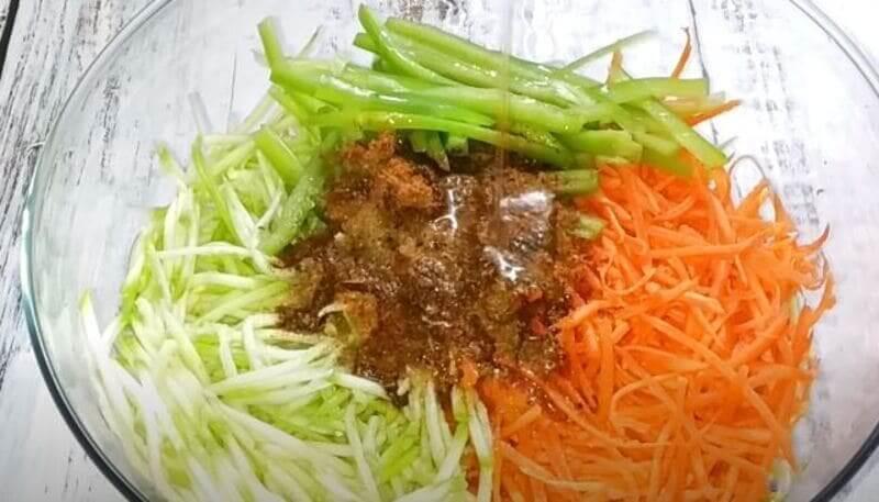 добавляем в салат горячее растительное масло