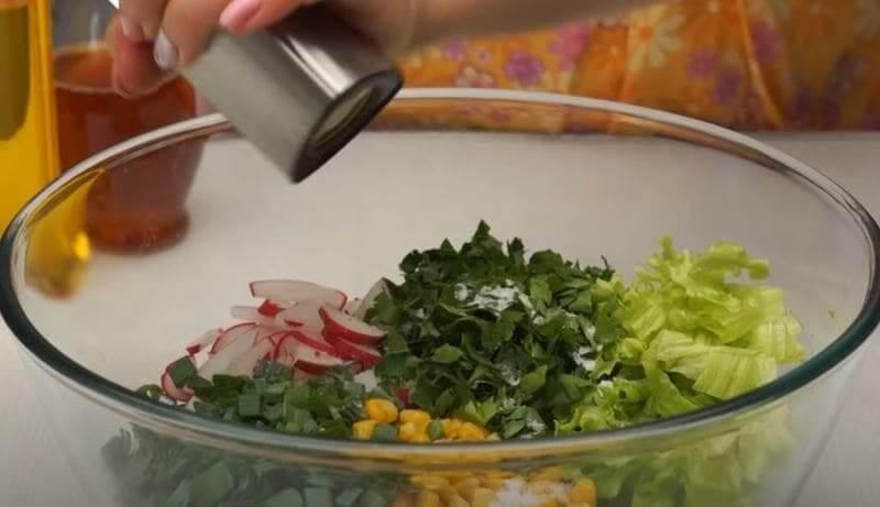 добавляем в салатик черный перец