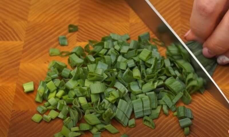 измельчаем небольшой пучок зеленого лука