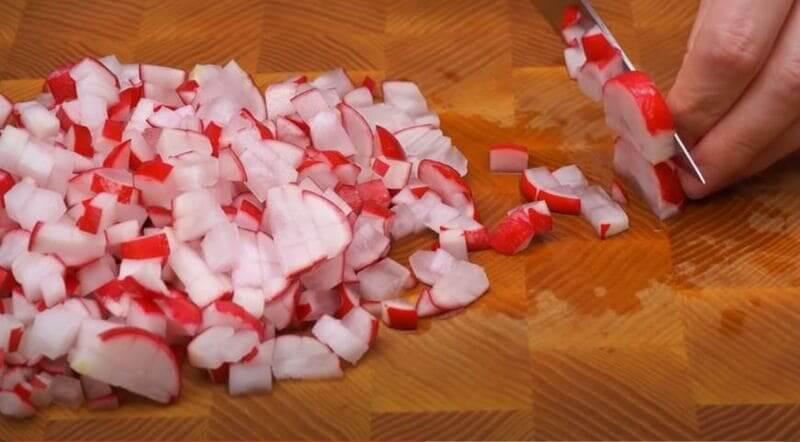 мелкими кубиками нарезаем редиску