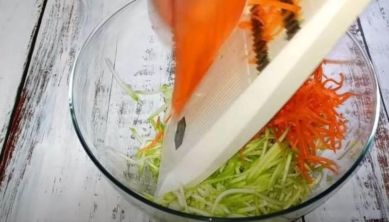 морковь свежую натрем на терке для корейской моркови