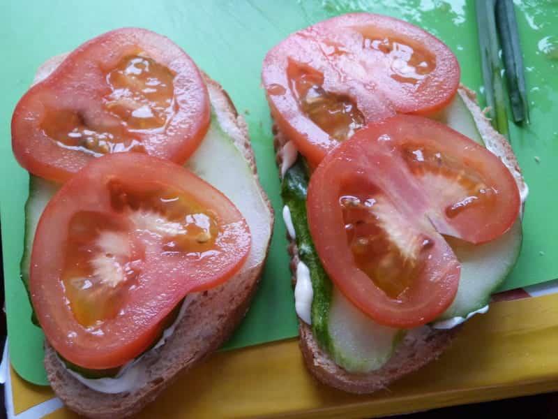 на огурцы кладем нарезанные помидоры