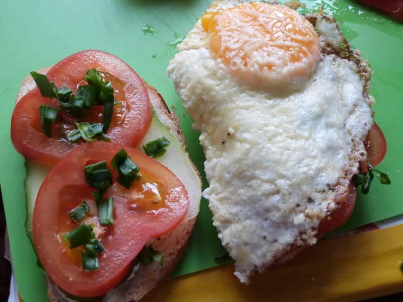 на помидоры посыпаем немного зелени