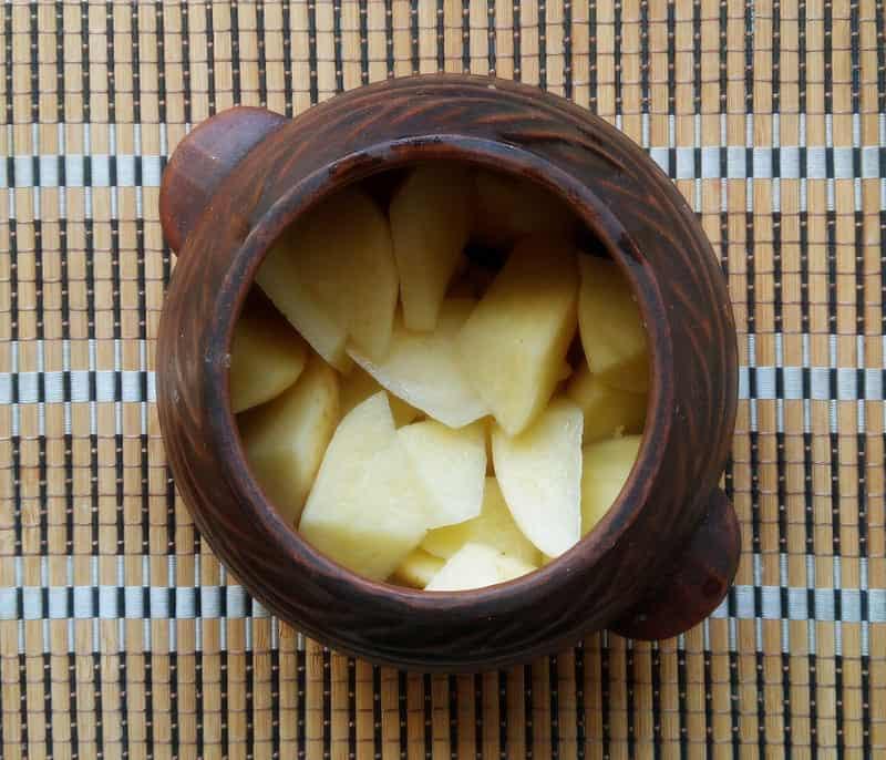 нарезанный картофель кладем в горшочек
