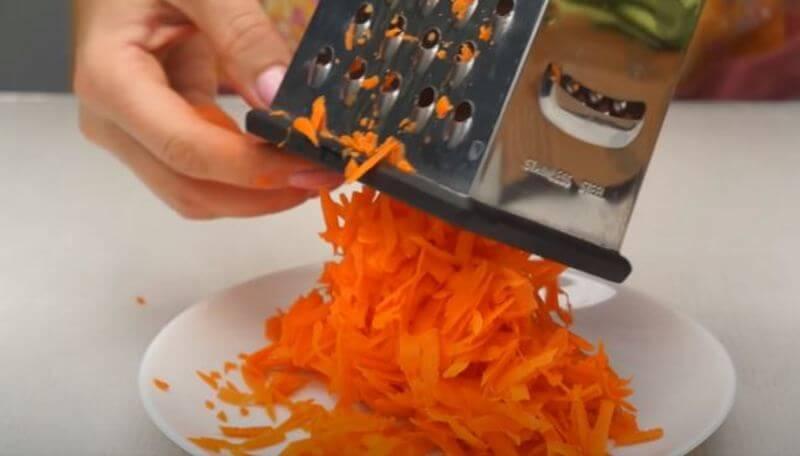одну свежую морковку трем на крупной терке