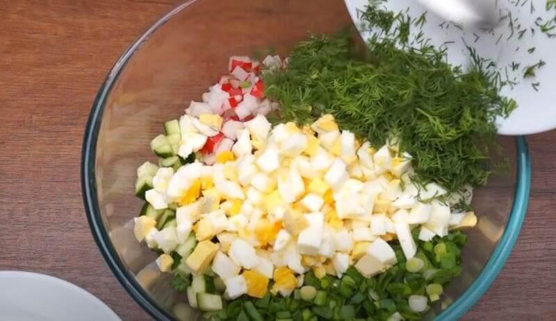 подготовленные ингредиенты смешиваем в салатнице
