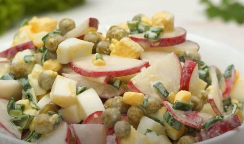 салат из редиски с зеленым горошком и яйцом