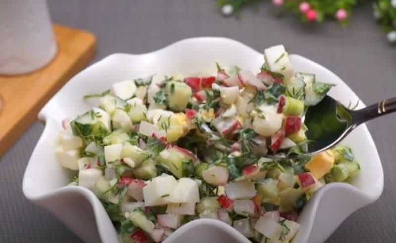 салат редиска с огурцом зеленью и яйцом