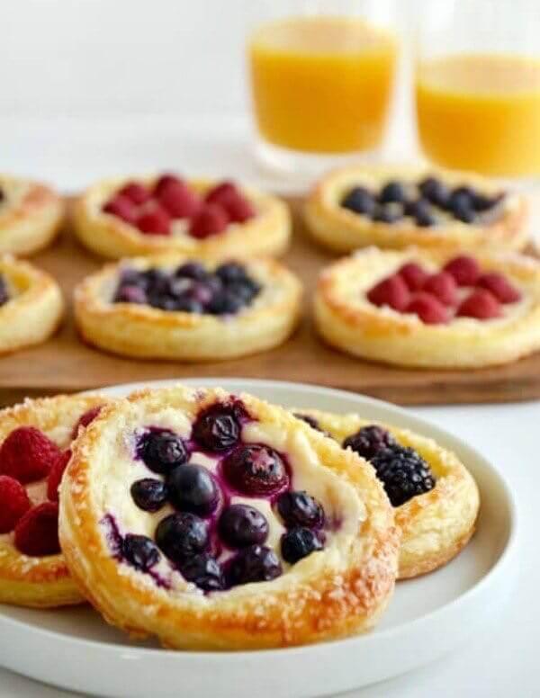 слоеные тарталетки с творогом и ягодами